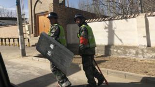 Abajejwe umutekano bariko baragenzura kamwe mu duce dutuwe n'aba Uighur mu ntara Xinjiang
