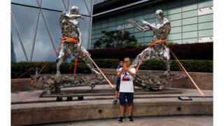 Статуи возле Гонконгской фондовой биржи зафиксированные канатами.