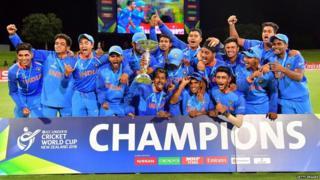 અંડર-19 વર્લ્ડ કપ વિજેતા ભારતીય ટીમ ટ્રૉફી સાથે