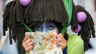 یکی از شرکتکنندگان در جشنواره روز جهانی تنبلی در کلمبیا