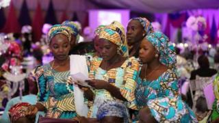 Les filles de Chibok au courant de la fête d'adieu avant leur départ aux Etats-Unis