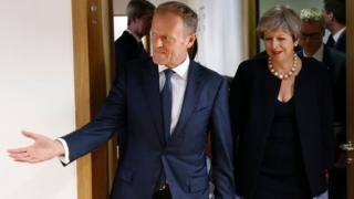 Madaxweynaha Midowga Yurub Donald Tusk iyo R/wasaaraha Britain Theresa May