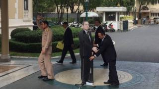 記者の質問用に設置されたタイ首相の等身大パネル(9日、バンコク)