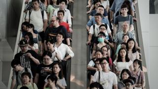 Escada rolante com trânsito intensto em Hong Kong