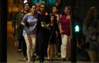 Saldırı sonrası bölgeden uzaklaşan insanlar