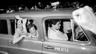 Lucia (na foto, à direita) e María Elia Topolansky aparecem sorrindo e comemorando de dentro de carro em registro de 1985, depois que foi declarada a anistia