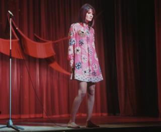 1967'de İngiltere'yi temsil eden ve Avusturya'nın başkenti Viyana'da düzenlenen yarışmayı Puppet On A String şarkıyısla kazanan Sandie Shaw ise ayakkabı giymemişti.