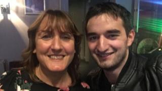 Gillian Assor e Tommy sorriem para foto