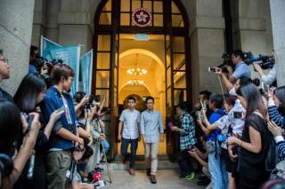 黄之锋(中左)与罗冠聪(中右)步出香港终审法院大门(24/10/2017)