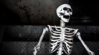 Esqueleto riéndose