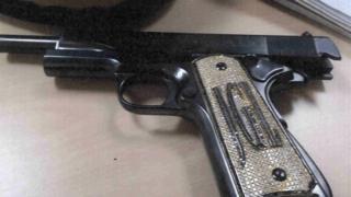 Pistola con iniciales de El Chapo Guzman