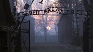 Ворота в лагерь смерти Освенцим