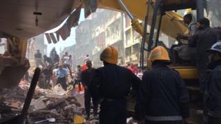 倒壊した建物は築約100年だったとみられる(31日、インド・ムンバイ)