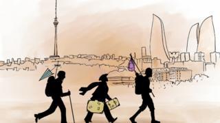 Силуэты людей идущих с рюкзаками на фоне Баку
