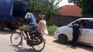 Mu gisagara ca Bujumbura abantu benshi biyunguruza ku buryo bwa Taxi-vélo