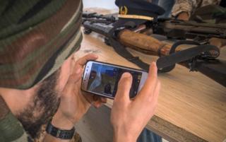 online dating یک جنگنده وفادار به توافقنامه ملی (GNA) شناخته شده بین المللی (GNA) بازی ویدیویی آنلاین PlayUnknown را بازی می کند