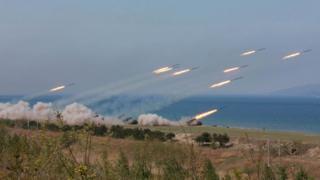 北朝鮮の国営・朝鮮中央通信(KCNA)は26日、日付不明の実弾砲撃訓練の写真を配信