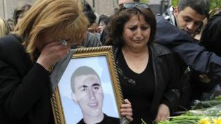 Родственники погибшего 1-го марта демонстранта с его портретом