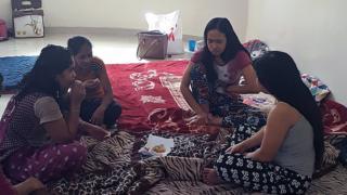 женщины-мигрантки в центре по трудоустройству