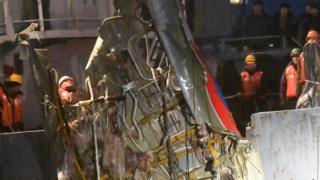 图-154的残骸被打捞人员捞起
