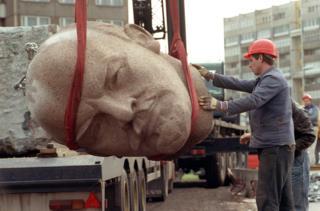 Статуя головы Ленина