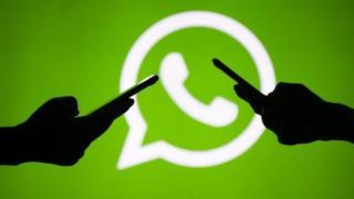 Ilustração que representa duas pessoas se falando pelo aplicativo WhatsApp