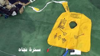 Colete salva-vidas resgatado da área onde o avião da EgyptAir desapareceu