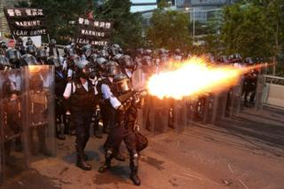 پلیس هنگ کنگ در حال شلیک گاز اشکآور به سمت معترضان به قانون استرداد به چین