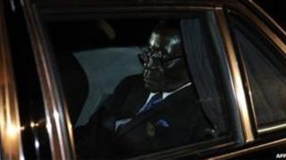 Rais Mugabe akiwa katika gari lake