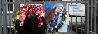 Mulher presta homenagem a Mireille Knoll