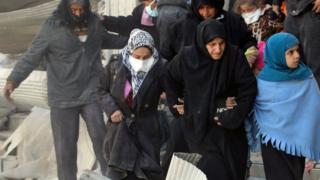 政府軍と反政府勢力の戦闘を逃れ避難しようとする住民たち(28日、シリア・アレッポ)