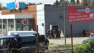 Policiais do lado de fora de supermercado na França