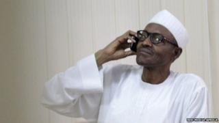 Rais Muhammadu Buhari akipiga simu