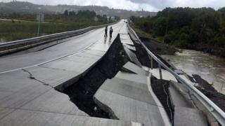 На фотографиях с острова Чилоэ видны поврежденные дороги и мосты