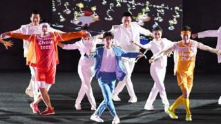 易烊千玺在第18届雅加达亚运会闭幕式表演。