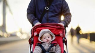 أب مع ابنه الصغير