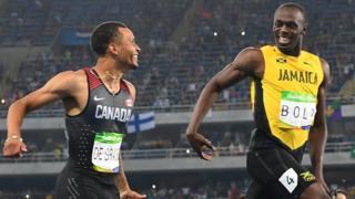Así cruzaron la meta Bolt y De Grasse, sonriéndose.