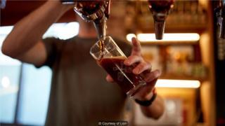 沉船啤酒是一款波特风格的啤酒,带有辛辣的丁香味和巧克力味。