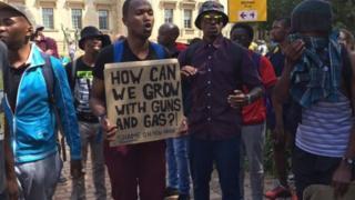 Wanafunzi wa vyuo vikuu vya Afrika Kusini wakiandamana wakipinga kupanda kwa karo