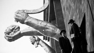 Монументальні серпи і молоти здіймаються над будівлею Інституту