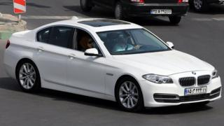 Mobil BMW modern dengan plat Iran.