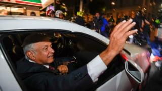 لوبيز أوبرادوزر يحيي أنصاره في ذروة الاحتفالات بفوزه في مدينة ميكسيكو