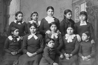 Niñas de la tribu Omaha obligadas a asistir a la escuela Carlisle en Pensilvania.