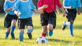 Дети, играющие в футбол