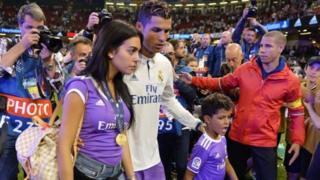 Cristiano Ronaldo na mpenziwe pamoja na mwanawe