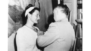 Virginia Hall recebe a Cruz de Serviço Distinto do chefe do Escritório de Serviços Estratégicos, general William Donovan, em 1945