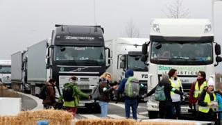 """نشطاء يعتصمون أمام مخزن لشركة أمازون في فرنسا ويمنعون حركة الشاحنات في """"الجمعة السوداء"""""""