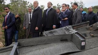 الرئيس التونسي يتفقد موقع حادث انقلاب الحافلة