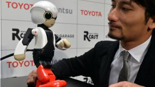 Le créateur japonais Tomotaka Takahashi avec son robot humanoïde Kirobo à Tokyo