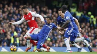 Chamberlain wa Arsenal akizuiwa na wachezaji wa Chelsea
